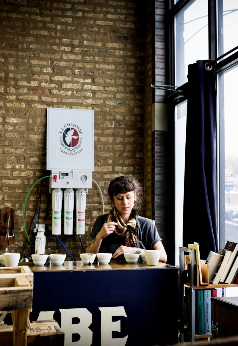 A barista serving La Colombe coffee in Chicago, IL. - Angie Chung / <a href='https://www.flickr.com/photos/yellowskyphotography/39621164964/'>Flickr</a>